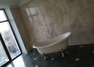 Отделка ванной комнаты мрамором Verde Guatemala, Breccia Sarda - 2cm - lustruit