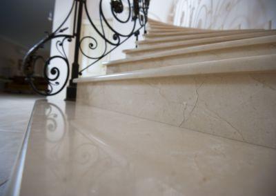 мраморные лестницы для дома Crema Marfil -2cm -lustruid (13)