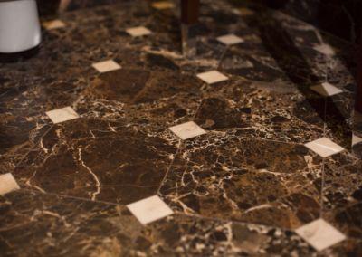мраморный пол в прихожей Emperador Gold -2cm -brushed (12)