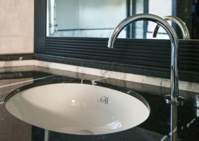 Blat marmura baie. Calacatta, Nero Marquina-mixt - brushed, antic - 2cm (5)
